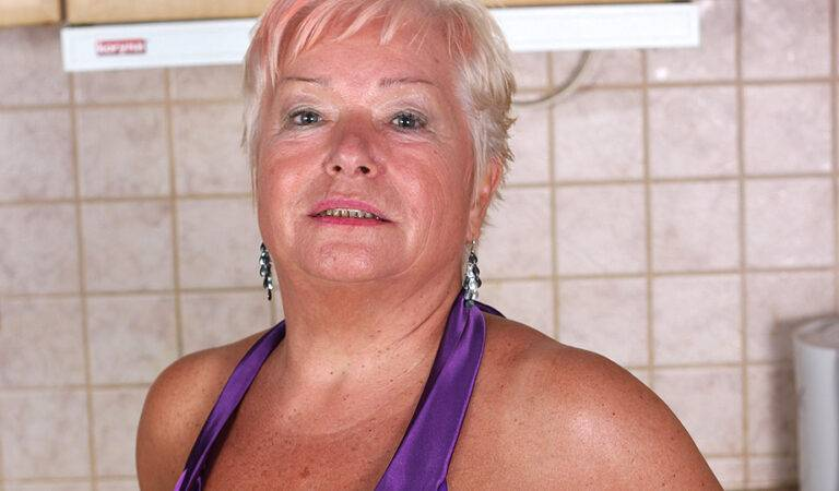 Blonde mature slut doing herself in the kitchen