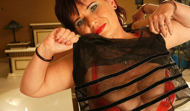 Horny mature slut playing in the bathroom