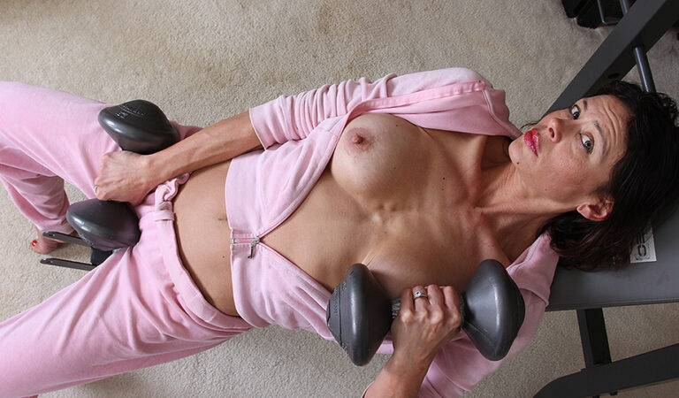 Hot American housewife gets turned on working out