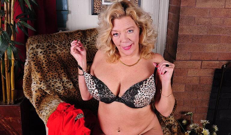 Hot American mature lady pleasing herself
