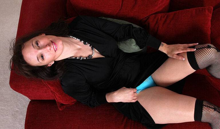 Shaved USA housewife getting naughty