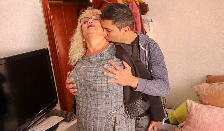 Spanish mature lady sucks and fucks her toyboy